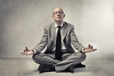 Führungskraft meditiert zur Management Audit Vorbereitung
